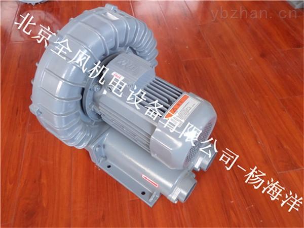 漩涡气泵、旋涡高压气泵工作原理及特点 旋涡气泵的叶轮由数十片叶片组成,它类似庞大的气轮机的叶轮。叶轮叶片中间的空气受到了离心力的作用,向叶轮的边缘运动,在那里空气进入泵体环行空腔,重新从叶片的起点以同样的方式再进行循环。叶轮旋转所产生的循环气流,以极高的能量离开气泵以供使用。 1.
