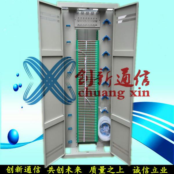 1、机架结构形式1)机架结构有封闭式、半封闭式和敞开式。2)机架高度分为2600mm、2200mm和2000mm三类。其宽度推荐选用120mm的整数倍,深度推荐选用300mm、宽800mm及600mm。3)机架外形尺寸的偏差不超过±2mm;外表面对底部基准面的垂直度公差不大于3mm。2、机械活动部分机械活动部分应转动灵活、插拔适度、锁定可靠、施工安装和维护方便。门的开启角应不小于110,间隙不大于3mm。3、引入光缆弯曲半径引入光缆进入机架时,其弯曲半径应不小于光缆直径的15倍。4、机架结构