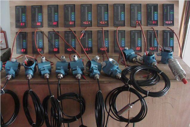 """西安投入式液位计工作原理,西安静压式液位计型号价格,西安友和液位计厂家 .投入式液位计广泛应用于城市供排水、污水处理、地下水、水库、河道、海洋等水位监测领域。厂家供应电话:13468653530 咨询QQ:2840543040. 投入式液位计基于所测液体静压与该液体的高度成比例的原理,采用先进的隔离型扩散硅敏感元件或陶瓷电容压力敏感传感器制作而成,将静压转换为电信号,再经过温度补偿和线性修正,转化成标准电信号(一般为4~20mA/1~5VDC)的一种测量液位的压力传感器,又可以称之为""""静压液位"""